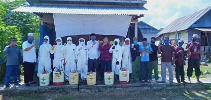 Penyemprotan Disinfektan di rumah-rumah warga Desa Baruga